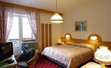 Hotel ROY_dvoulůžkový pokoj s 2 přistýlkami