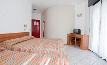 Hotel ITALIA_dvoulůžkový pokoj s 1 přistýlkou
