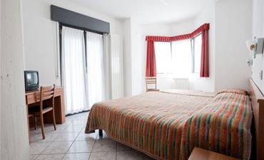 Hotel ITALIA_dvoulůžkový pokoj s 2 přistýlkami