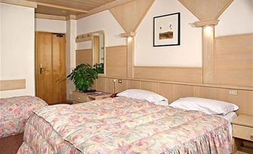 Hotely RULETA - VAL DI FASSA _dvoulůžkový pokoj s 2 přistýlkami