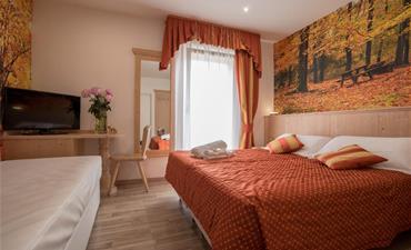 Hotel TOURING_dvoulůžkový pokoj s 1 přistýlkou